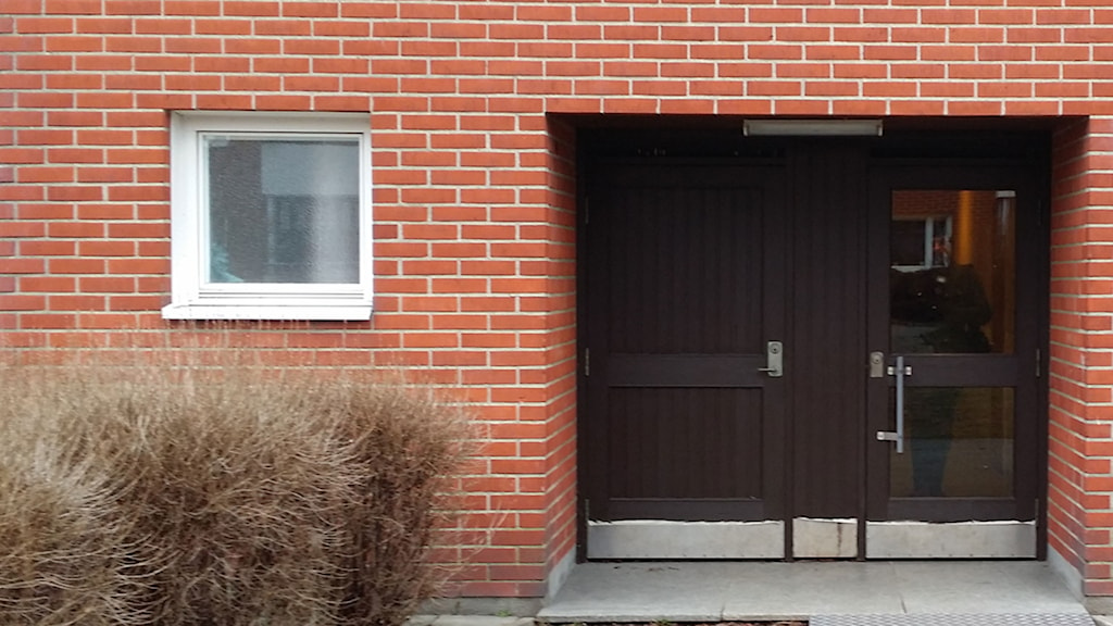 Entrance to apartment where women locked in her three daughters. Photo: Marcu Karlsson/Sveriges Radio.