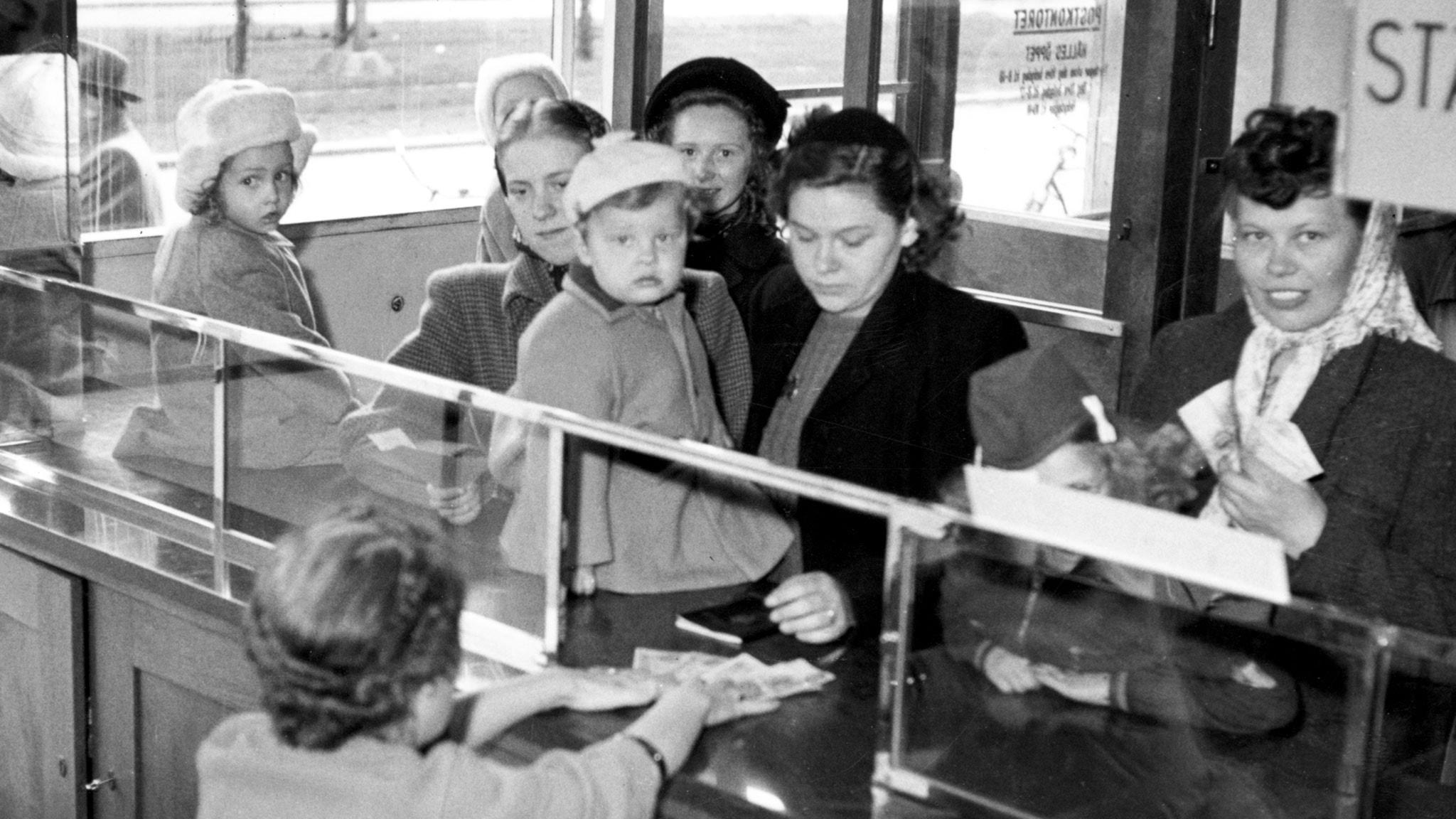 Fru Persson gläds åt barnbidraget 1948