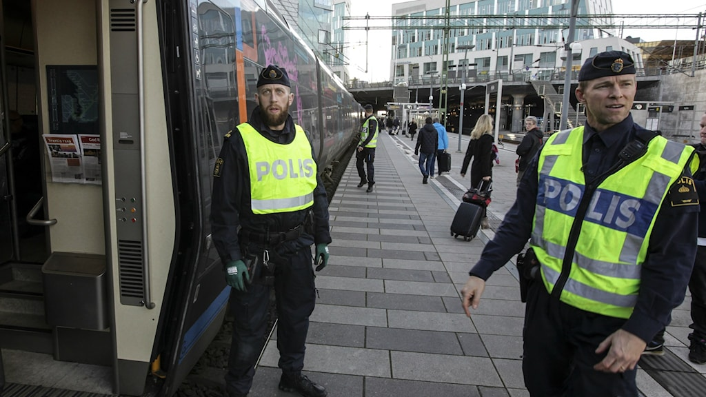 Police conduct a border control check at the Hyllie train station in southern Sweden on Thursday. Photo: Stig-Åke Jönsson / TT.