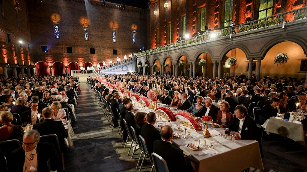 Nobel Prize winners and distinguished guests enjoying dessert in Stockholm City Hall. Photo: Claudio Bresciani/TT.