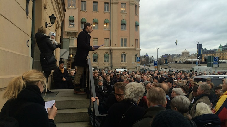 A few hundred people gathered at Blasieholmen in downtown Stockholm to protest against the new Nobel Center. Photo: Private