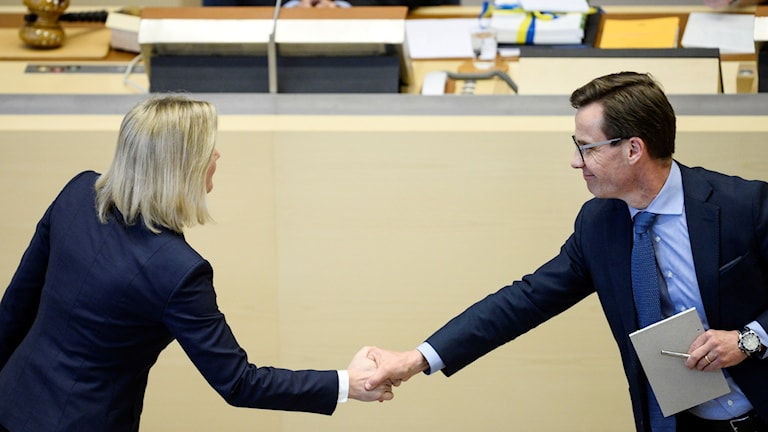 Finance Minister Magdalena Andersson, left, and Ulf Kristersson, economic spokesman for the conservative Moderate Party, shake hands during the debate. Photo: Henrik Montgomery / TT.