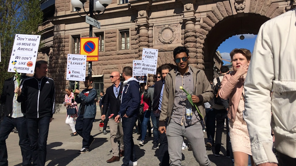 Protestors outside the Riksdag. Photo: Brett Ascarelli / Radio Sweden.