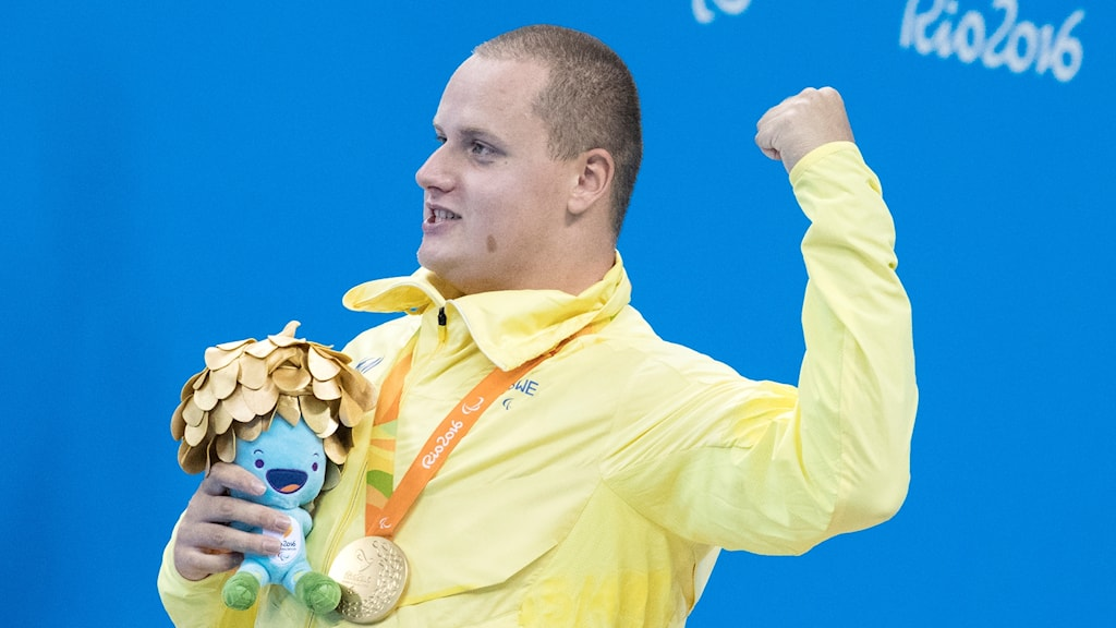 Swimmer Karl Forsman celebrates his gold medal, Sweden's first in the 2016 Paralympic Games. Photo: Björn Larsson Rosvall / TT.