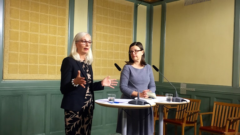 Helén Ängmo from the Swedish Schools Inspectorate (left) and Minister of Upper Secondary and Adult Education Anna Ekström at the press conference today. Photo: Spenser Bomholt/SR