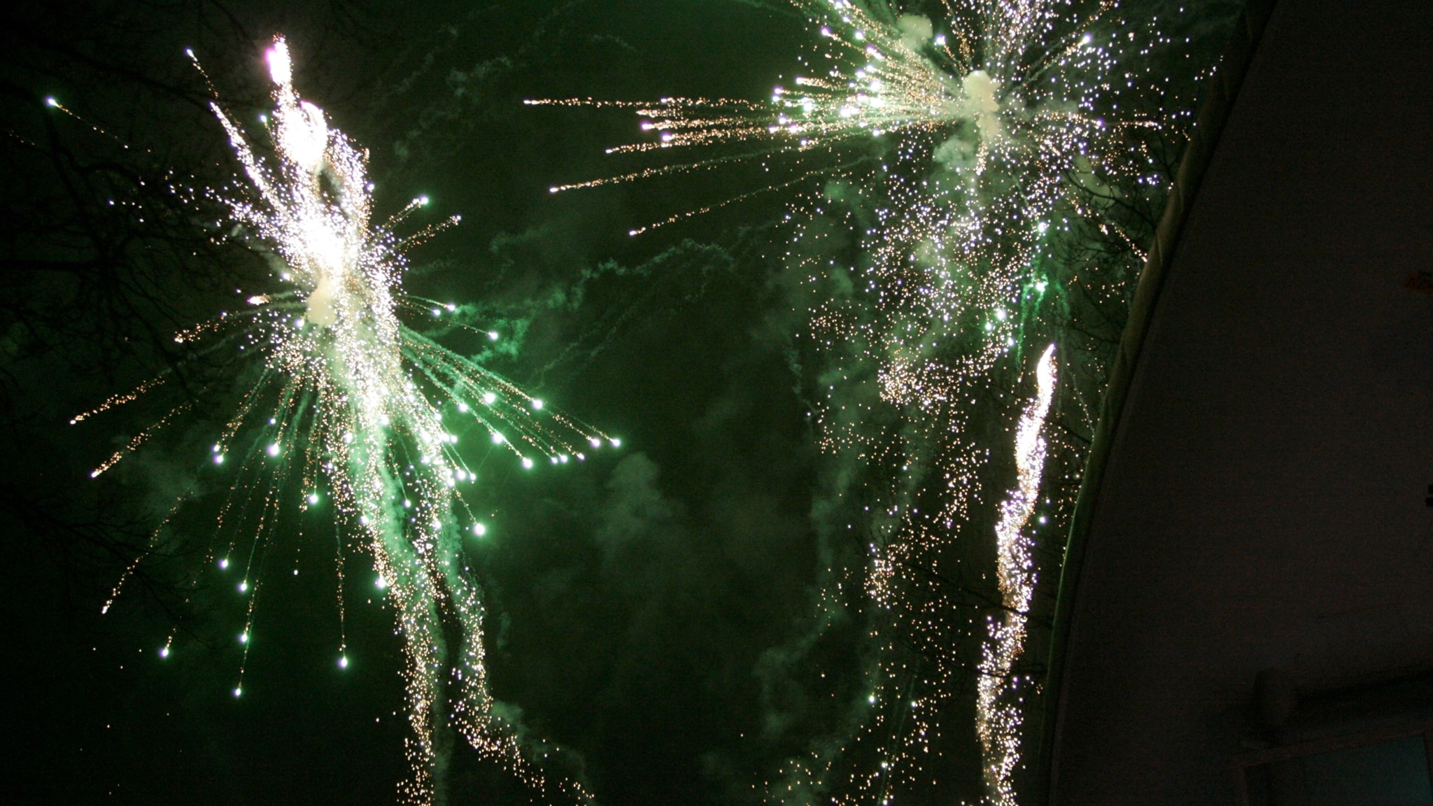 Räddningstjänst attackerad med raketer inför nyårsfirandet