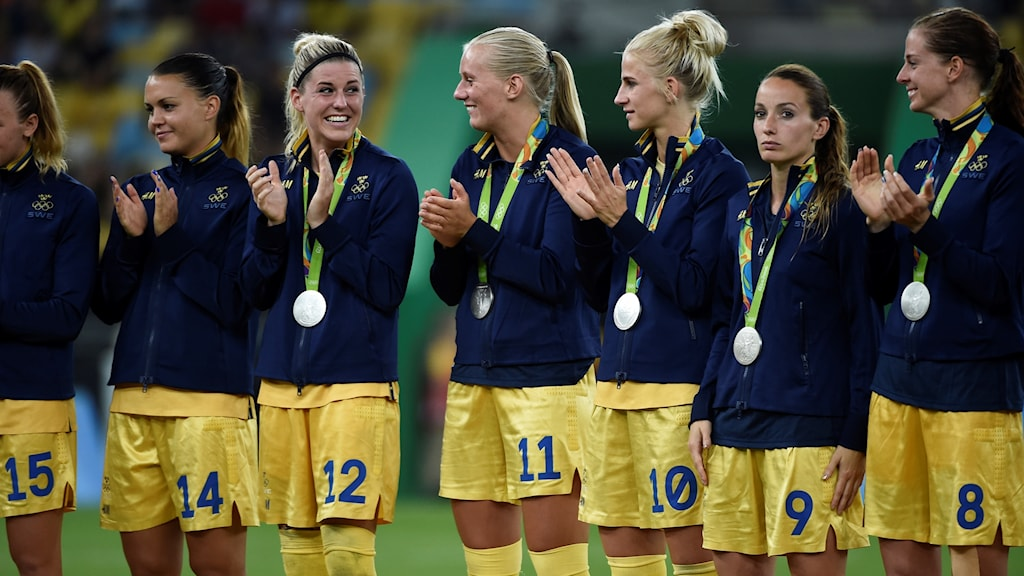 The Swedish women's football team with their Olympic silver medals. Photo: Tobias Röstlund/TT