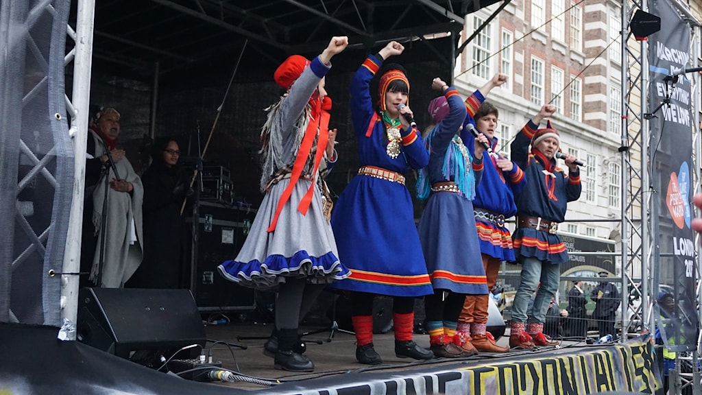 Jojk på demonstrationsscenen i London. Foto: Anna Sunna/Sameradion & SVT Sápmi