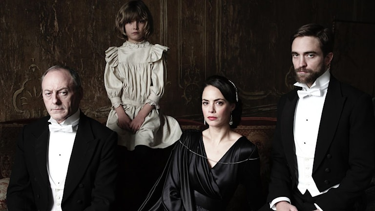 Liam Cunningham, Tom Sweet, Bérénice Bejo och Robert Pattinson i The Childhood of a leader. Foto: TriArt.