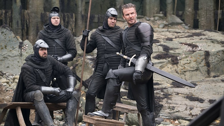 Kolla grabbar, där står ju Beckham! Från filmen King Arthur: The legend of the sword. Foto: Fox Movies.