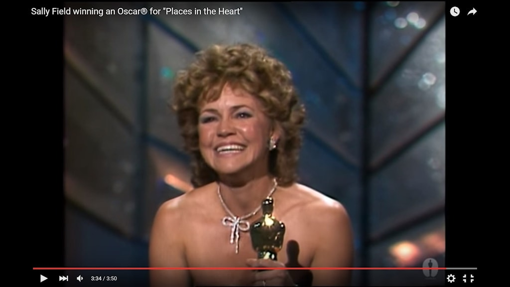 "Sally Field vinner 1985 sin andra Oscarsstatyett och ropar ut vad som har blivit ett klassiskt citat: ""You like me! I can't deny the fact, you like me, right now!"" Foto: Skärmdump/Youtube https://www.youtube.com/watch?v=u_8nAvU0T5Y"