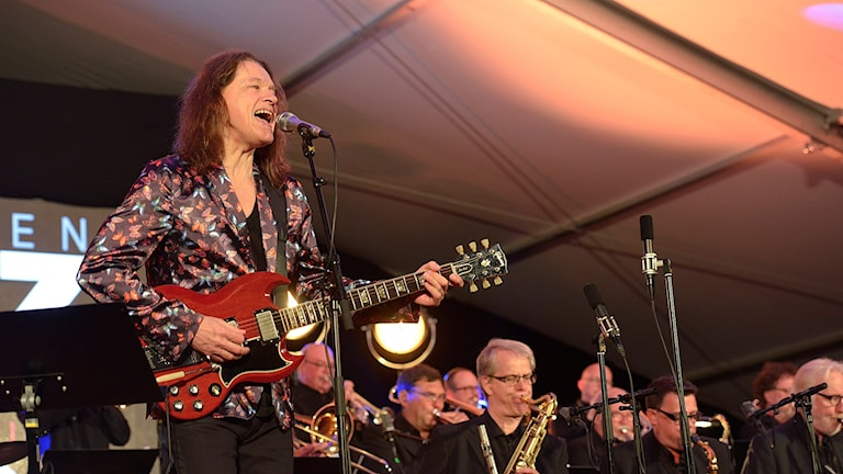 Gitarristen och sångaren Robben Ford och Sandviken Big Band under konserten på Bangen JAzz & Blues 2016.