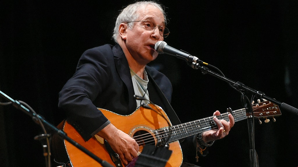 Paul Simon spelar på Country Music Hall of Fame benefit concert
