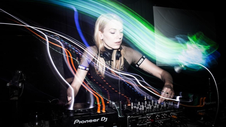 Mörk mystisk techno med Sandra Mosh - spela