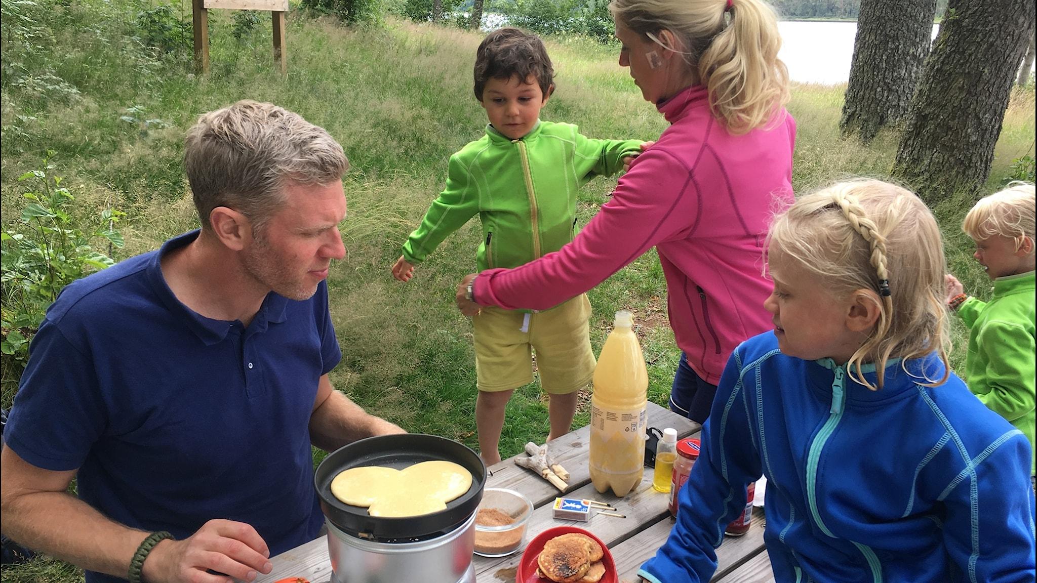 Friluftsliv med barn och frukost på stekhäll