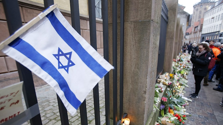 An Israeli flag outside a synagogue in Copenhagen where a man was shot. Photo: Michael Probst/TT.