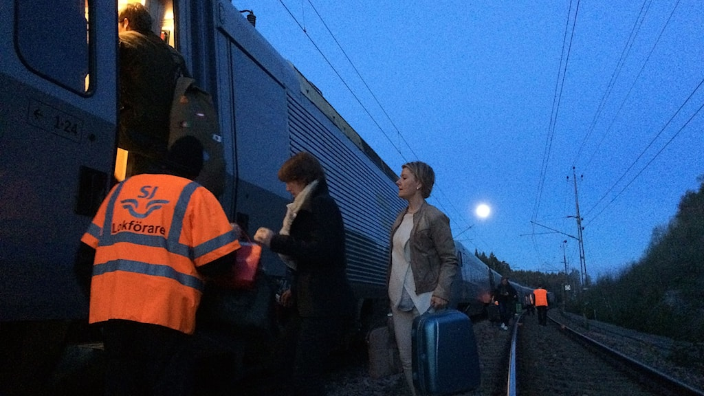 It's 4am and tired passengers get on board a replacement train after the service from Stockholm to Gothenburg broke down at around 11am.