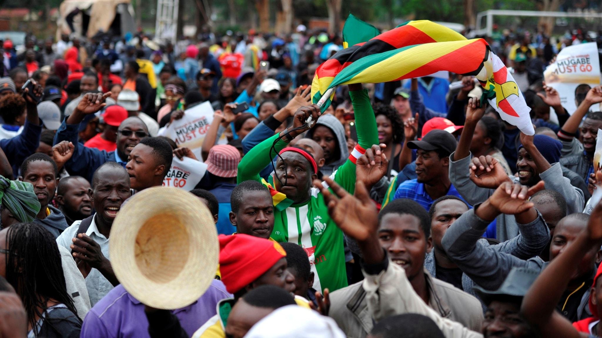 Folket firar på gatorna i Zimbabwe
