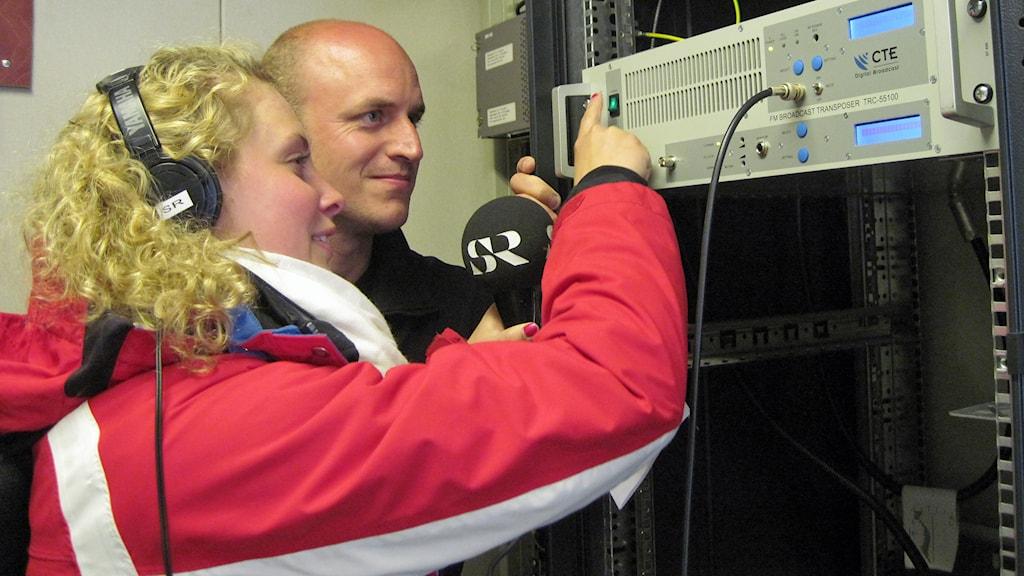 Reporter Maria Iwerbo och serviceingenjören Magnus Pettersson väntade spänt på nedräckningen då sändaren med frekvensen 88,7 skulle sättas igång. Foto: Carin Vidner/Sveriges Radio.