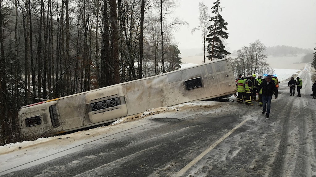 A bus turned over this morning due to slippery and wet conditions. Photo: Hasse Pettersson/Sveriges Radio