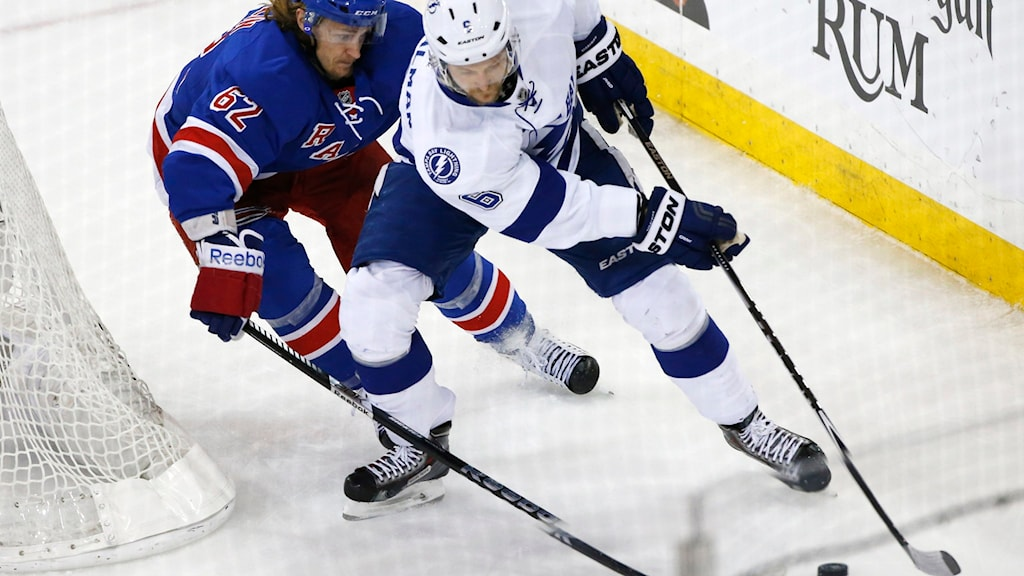 Anton Strålman (nr 6) i närkamp med New York Rangers Carl Hagelin. Foto: TT/ AP Photo/Kathy Willens
