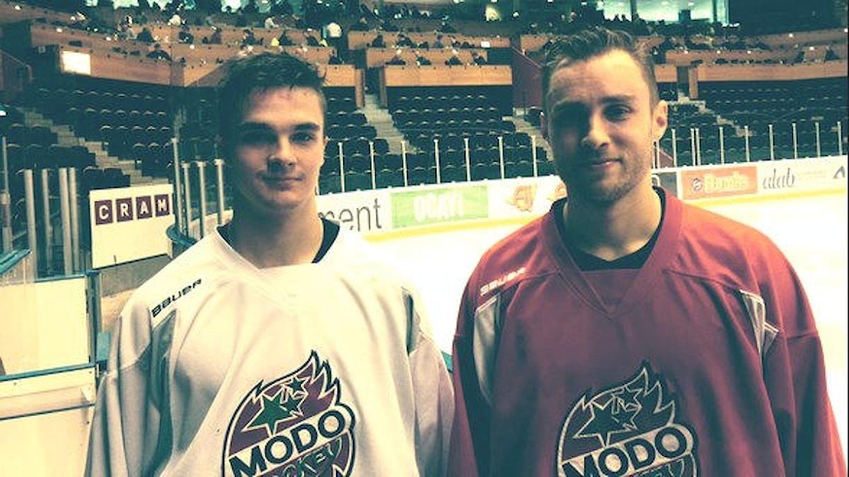 Otso Rantakari ja Ilari Filppula pelaavat jääkiekkoa Modon paidassa keväällä 2016.