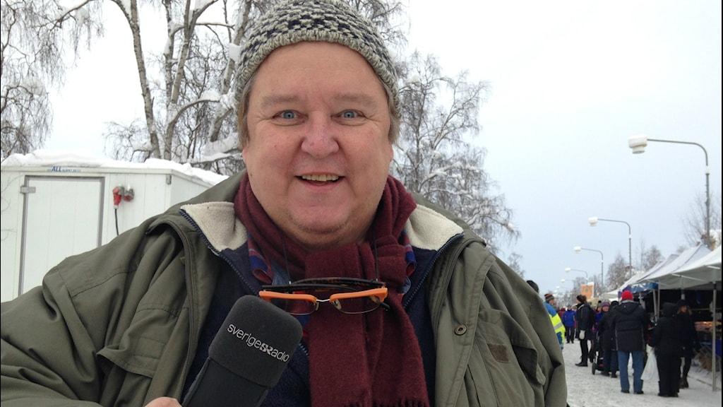 Erpo Heinolainen on Jokkmokkissa, äänityslaite kädessään ja pipo päässään.