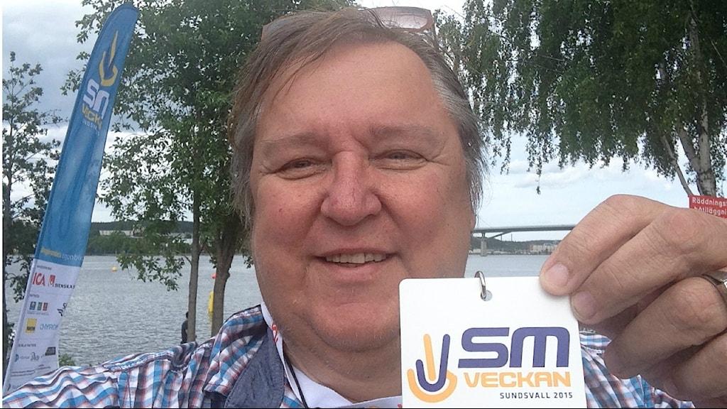 Erpo Heinolainen ja Sundsvallin SM-veckan 2015 akreditointiläpyskä.