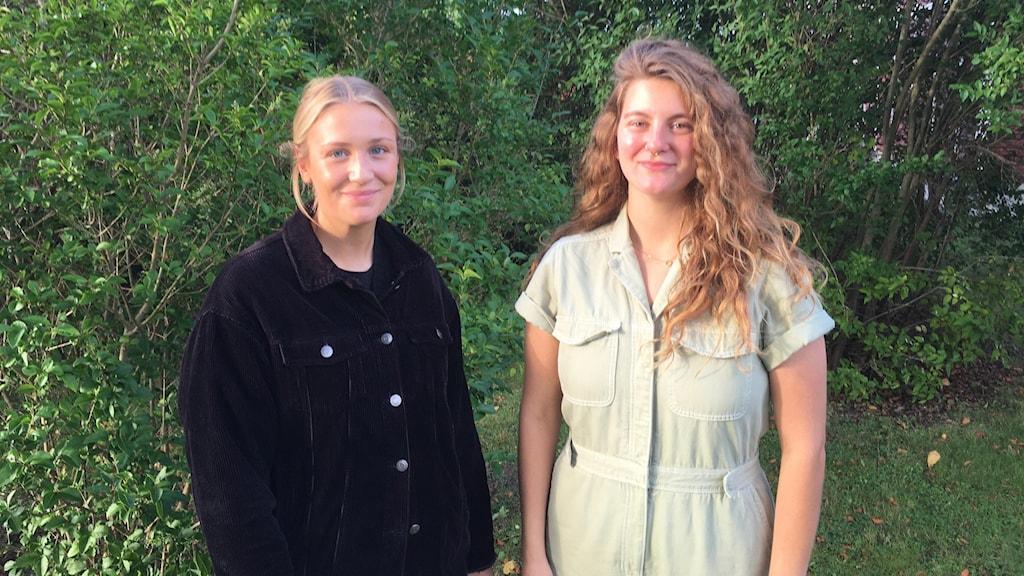 Matilda Rask Olsson och Moa Vitestam står framför buskage