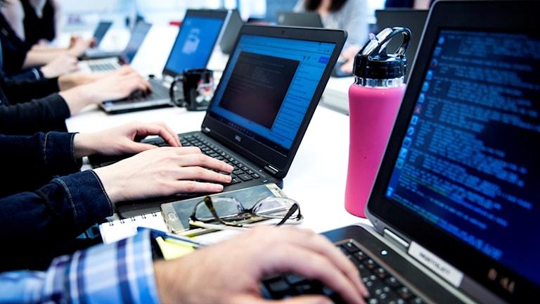 Artificiellt intelligenta datorprogram används i skånsk sjukvård.