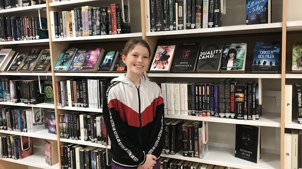Elin Kjellberg är glad att åter kunna låna böcker på biblioteket.