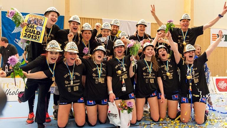 Jubelbild när Engelholm blir svenska mästare i volleyboll genom att vinna i fem set över Hylte/Halmstad