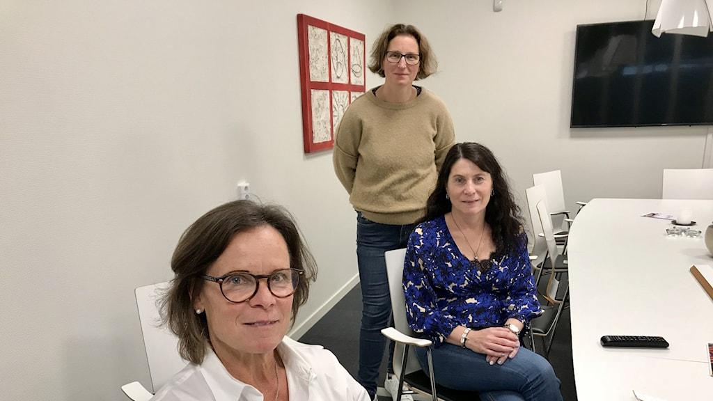 Tre kvinnor i ett konferensrum