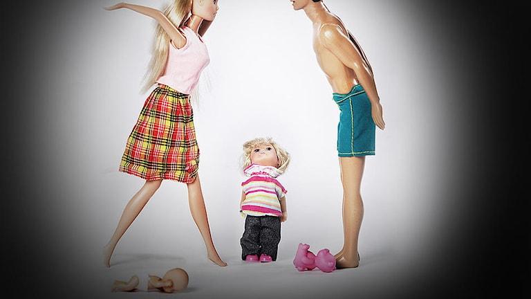 Dockor används för att illustrera två föräldrar som bråkar medan ett barn ser på.