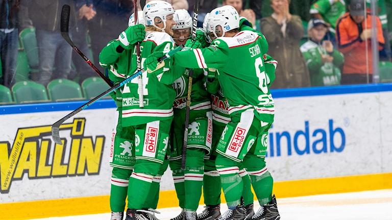 Rögles spelare jublar efter 1-1 av Rögles Samuel Jonsson under torsdagens ishockeymatch i SHL.