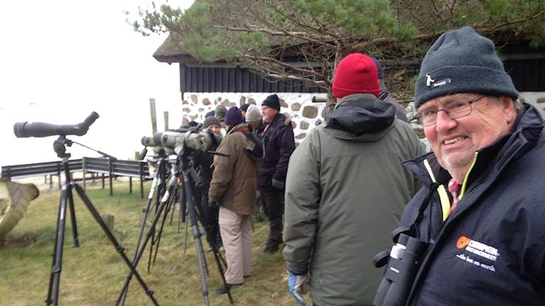 Fågelskådaren Evert Valfridsson spanar efter labbar tillsammans med de andra Nordöstra Skånes fågelklubb Spoven.
