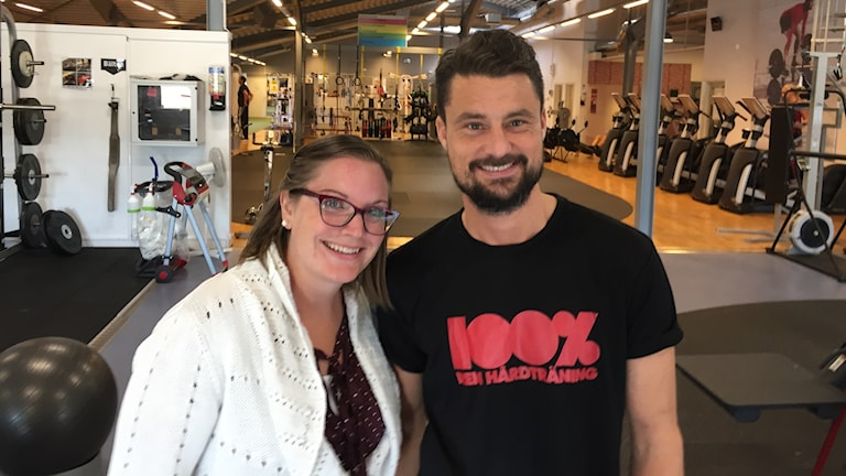 Man och kvinna i ett gym