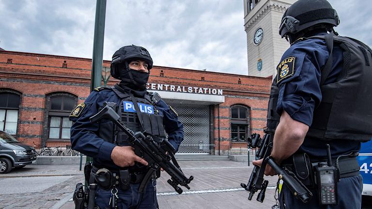 Tungt beväpnade poliser.