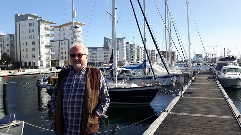 En man på en hamnbrygga.
