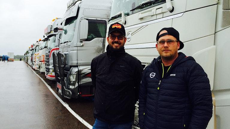 Lastbilar på rad. Håkan Roupé och Joakim Rosdahl