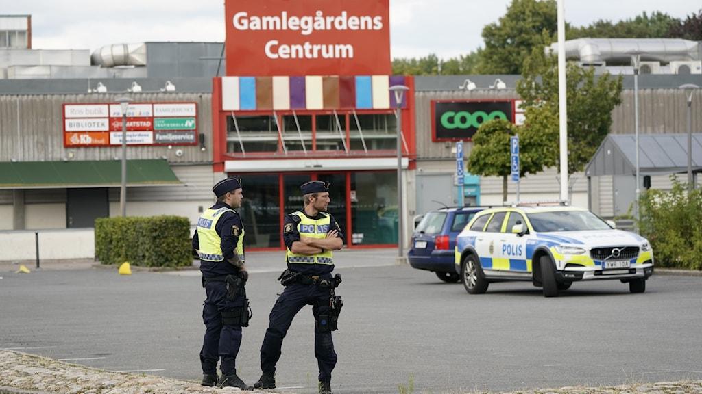 Poliser utanför Gamlegårdens centrum i Kristianstad.