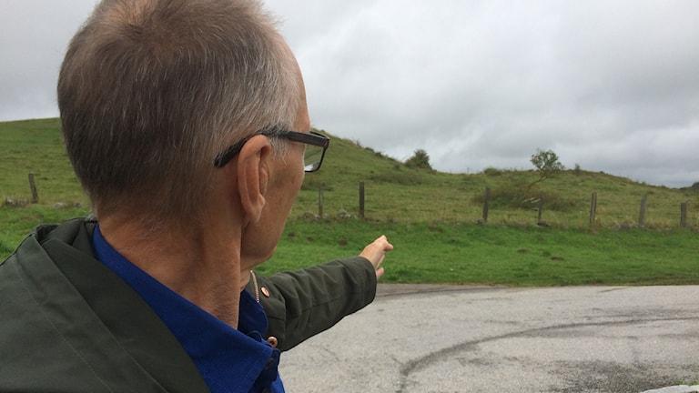 Sven-G Hultman visar hur byagillet tänker sig att cykelbanan ska komma fram vid rastplatsen Brösarps backar.