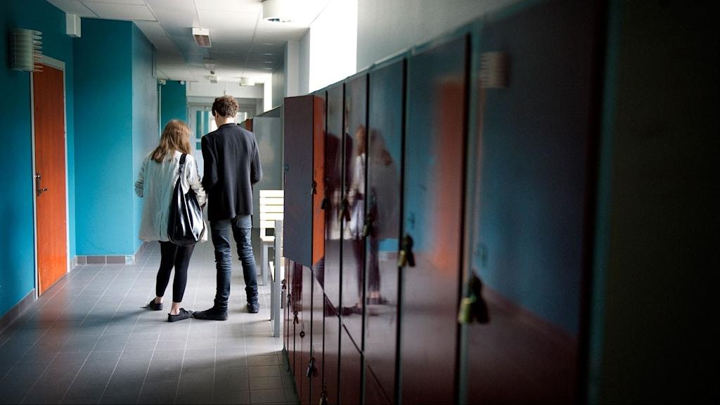Elever i en korridor på högstadiet eller gymnasiet.