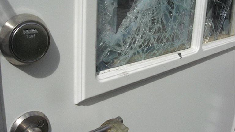 En krossad ruta på dörr. Arkivbild: Peter Öberg/Sveriges Radio
