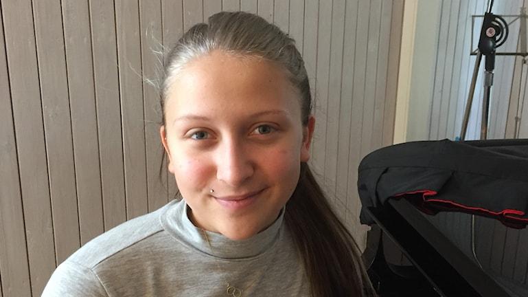 Flicka med uppsatt hår.