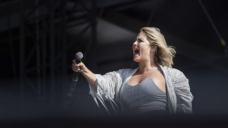 kvinna som sjunger på scen