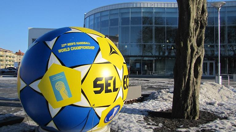 Jättehanboll utanför Kristianstad Arena. Foto: Richard Martinsson/Sveriges Radio