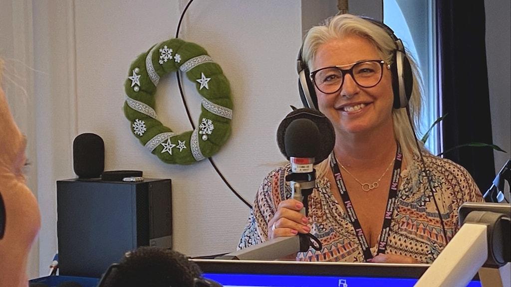 Blond kvinna med glasögon i en studio