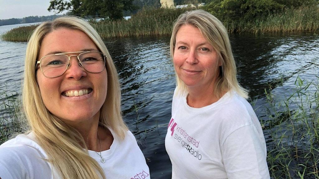 Två blonda kvinnor vid en sjö