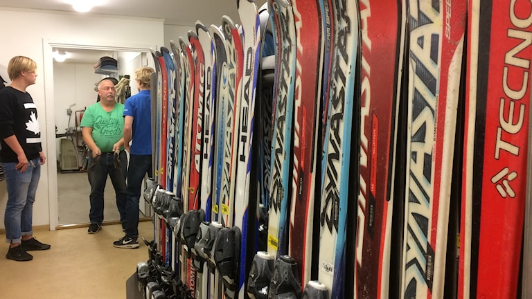 Noa Olofsson, Patrik Andersson och Rasmus Österberg och väldigt många skidor.